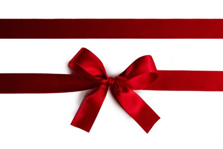 Elegancka satynowa czerwona wstążka łuk na białym tle
