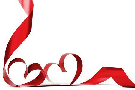 Arco de cinta de corazón rojo aislado sobre fondo blanco. Foto de archivo