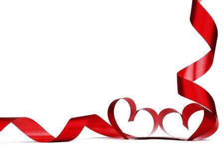 白で孤立した赤いリボンのハートで作られたバレンタインデーのフルマエ 写真素材