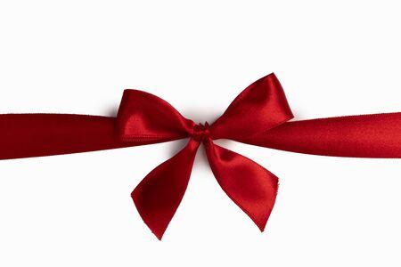 Fiocco di nastro di raso rosso isolato su sfondo bianco