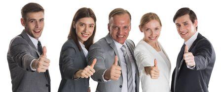 Équipe d'affaires souriante réussie avec les pouces vers le haut isolé sur fond blanc