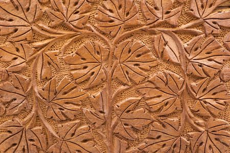 tallado en madera: Primer plano de la talla en madera de color marrón de las ramas y las hojas en el diseño geométrico Foto de archivo