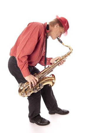 soprano saxophone: Masculino intérprete toca un saxofón tenor latón con válvulas de plata y botones de perlas con flexión foreward