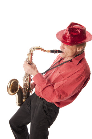 soprano saxophone: Masculino artista que toca un saxofón tenor latón con válvulas de plata y botones de perlas inclinada hacia atrás