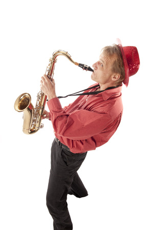 soprano saxophone: Masculino artista que toca un saxofón tenor latón con válvulas de plata y botones de perlas desde arriba