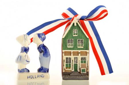 canal house: Vecchia casa sul canale olandese con un nastro rosso-bianco-blu annodato in un fiocco accanto a baciare bambini vecchi fattoria olandese