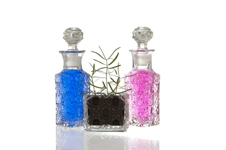 spunky: Blue and pink crystal glass flagons with decorative facet structure and plant
