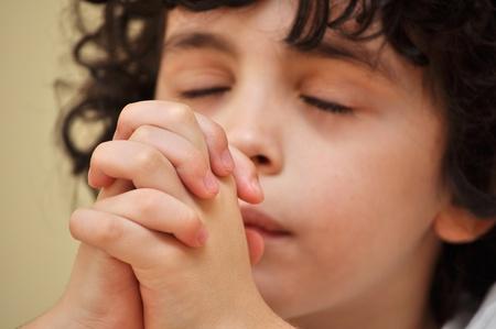 familia cristiana: Un ni�o rezando Foto de archivo