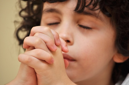 orando: Un ni�o rezando Foto de archivo