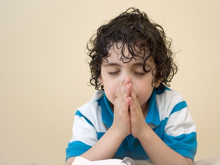 若い男の子は、天国で彼の創作者に祈る。宗教的な概念。