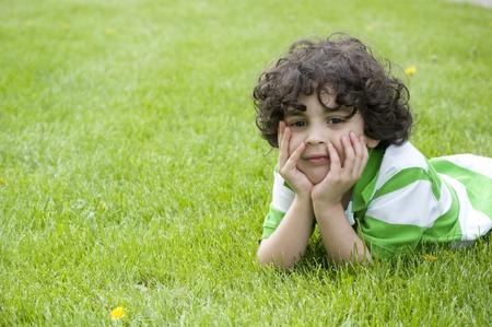 男の子は母なる自然と接触しているで美しい天気を楽しんでください。