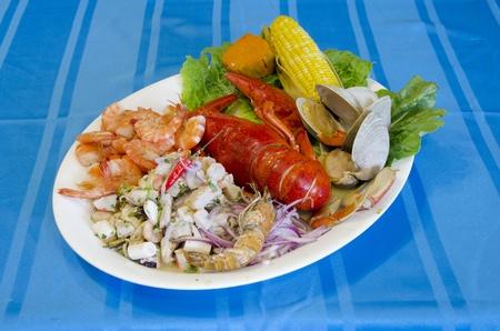 Cebiche と豊富な魚介類の盛り合わせ