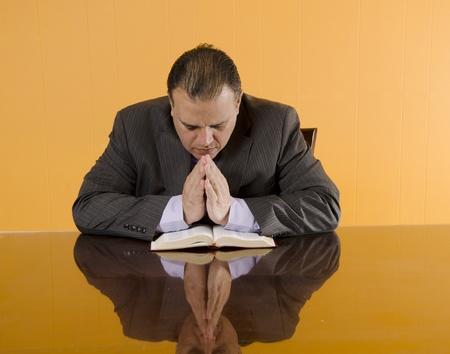 hombre orando: Hombre de negocios protestante rezar durante su descanso en el trabajo