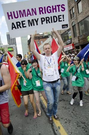 tolerancia: Toronto, Canad� - 1 de julio de 2012: Goran Miletic Internacional-Gran Mariscal del Desfile del Orgullo-participando en la actividad de clausura del Festival del Orgullo de Toronto, que celebra la historia, el coraje, la diversidad y el futuro de la lesbiana, bisexual, gay,