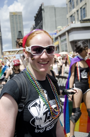 transexual: Toronto, Canad� - 1 de julio de 2012: Marcha del Orgullo de la actividad de clausura del Festival del Orgullo de Toronto que celebra la historia, el coraje, la diversidad y el futuro de las Lesbianas, Gays, Bisexuales, Transexuales, Transg�nero Intersexual, Queer  Cuestionamiento de aliados como s� Editorial