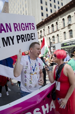 transexual: Toronto, Canad� - 1 de julio de 2012: Goran Miletic Internacional-Gran Mariscal del Desfile del Orgullo a entrevistar al mismo tiempo participando en el desfile que celebra la historia, el coraje, la diversidad y el futuro de las Lesbianas, Gays, Bisexuales, Transg�nero Transexual,,