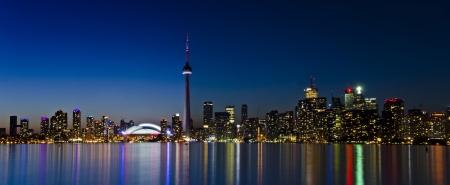 表示のトロントのスカイラインの夕暮れの時間では、明るい色の美しい湖の水に反映 写真素材