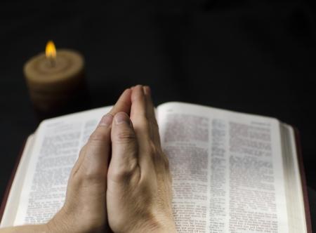 mains pri�re: Les mains sur une Bible dans la pri�re et la d�votion respectueuse