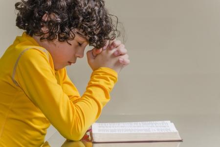 mano de dios: Chico joven latino orando y alabando a Dios