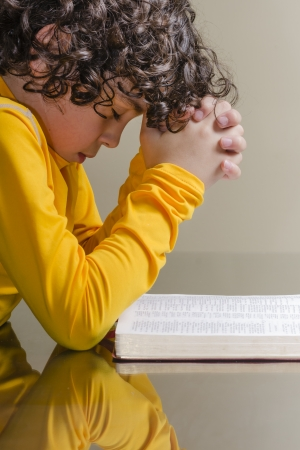 ラテン語の少年を祈り、神を賛美 写真素材