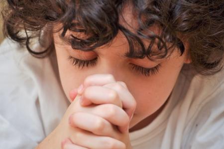humility: Giovane ragazzo latino che prega per il suo Creatore con umilt� e devozione