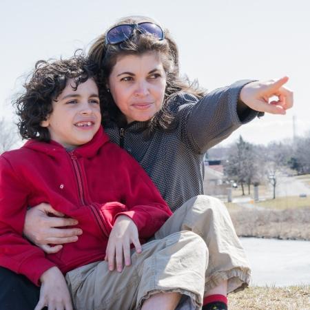 madre soltera: Madre latina que muestra su hijo el pr�ximo objetivo en su vida feliz de la familia formada por una madre soltera y su hijo