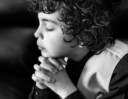 Hispanic child praying and praising God Archivio Fotografico
