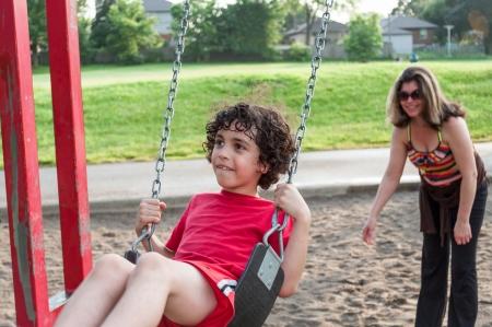 madre soltera: Madre soltera de pasar tiempo con su hijo en un parque