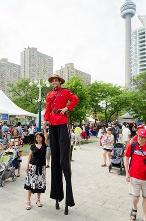 zancos: TORONTO, 01 de julio Un hombre en zancos posa con el p�blico durante Canada