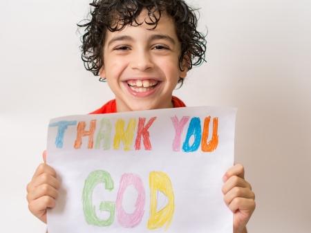 笑みを浮かべて、陽性の彼は彼の幼年期以来の救世主彼の人生に強固な関係実験喜びのため神およびイエス ・ キリストに感謝を表現する若いヒスパ 写真素材