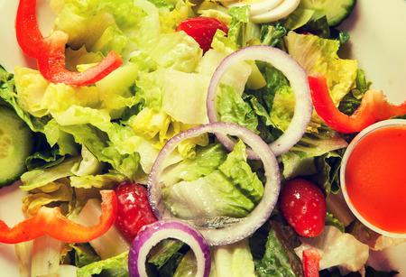 salad plate: Giardino Insalata mista con condimento francese. Avvicinamento