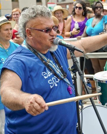 socca: TORONTO, CANADA-7 agosto 2012; Rick Shadrach Lazar e il suo Samba Squad si esibisce al Festival di Salsa a Saint Clair Il gruppo di solito partecipano a questo Festival ispanica Editoriali