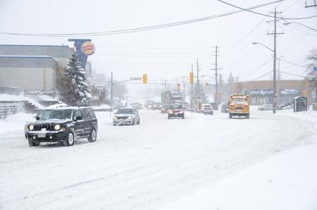 Toronto, Canadá-05 de febrero 2013: La ciudad cuenta con declarar una alerta de frío extremo .. caída de nieve pesada hace que los conductores muchos problemas. De trayecto y llegar al trabajo es una pesadilla. Foto de archivo - 25683200
