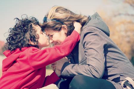 madre soltera: Madre soltera y su hijo que un devocional al aire libre. Orando por la ciudad con efecto instagramesque