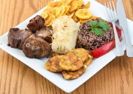 揚げ豚肉、yukka やキャッサバ プラス フライド ポテトの塩味の緑のバナナを持つすべての congri ライス キューバの典型的な食事