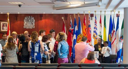 determines: TORONTO, CANADA-Augu ST 27,2014: famiglia ispanica diventa legge nazionalit� citizens.Canadian canadese determina chi viene concesso a. Un residente permanente che viveva in Canada un periodo di tempo � un esempio
