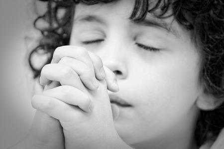 humility: Un ragazzo parla con il suo creatore con umilt� e devozione