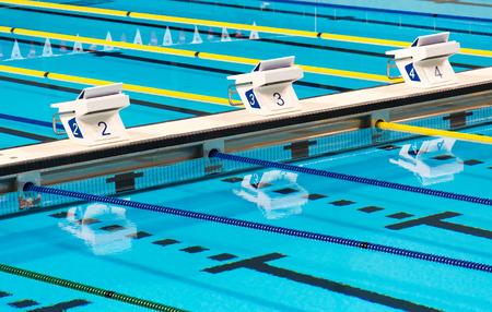 piscina olimpica: Hermosas carriles deporte competencia de nataci�n ol�mpico piscina en una instalaci�n de agua azul clara y transparente