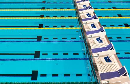 透明の青い水施設で美しいオリンピック スポーツ競争プール レーン 写真素材