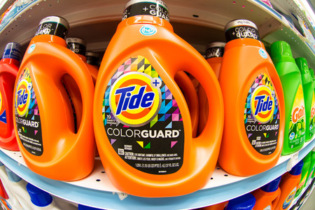 TORONTO,CANADA-APRIL 4,2015: Tide laundry detergent in store shelf.Tide is the brand-name of a laundry detergent manufactured by Procter & Gamble, first introduced in 1946 新聞圖片