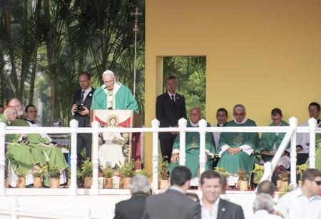 religion catolica: Escenas de Francisco a La Habana, específicamente la histórica misa católica celebrada en la Plaza de la Revolución. Papa Francisco en el altar la realización de la masa.