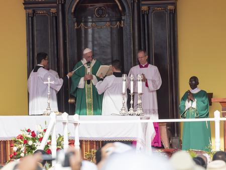 Szenen des Franziskus nach Havanna, insbesondere der historischen katholischen Messe gehalten in der Platz der Revolution. Papa Francisco in den Altar der Durchführung der Masse. Standard-Bild - 46033613