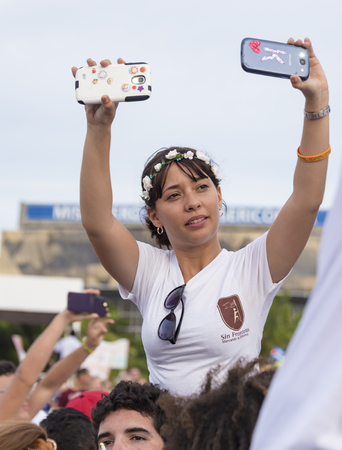 francesco: Scenes of Pope Francis to Havana, specifically the historic Catholic Mass held in the Revolution Square. Public filming the entrance of the Papa Francisco with their phones.General public attending the religious mass.