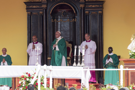 religion catolica: Escenas de Francisco a La Habana, espec�ficamente la hist�rica misa cat�lica celebrada en la Plaza de la Revoluci�n. Papa Francisco en el altar la realizaci�n de la masa.