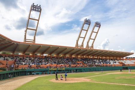 Béisbol cubano. Estadio Sandino en Santa Clara. Partido entre Industriales y Villa Clara en curso. Estadio Augusto César Sandino es un estadio de usos múltiples en Santa Clara, Cuba. Actualmente se utiliza sobre todo para los partidos de béisbol y es el estadio del Vi Foto de archivo - 52973011