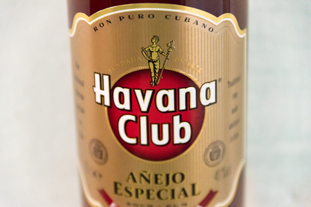 ron: El Ron de Cuba: Closeup of a Havana Club rum bottle.  Havana Club brand of rum created in 1934, is one of the best-selling rum brands in the world and also promotes Cuban culture across the globe..