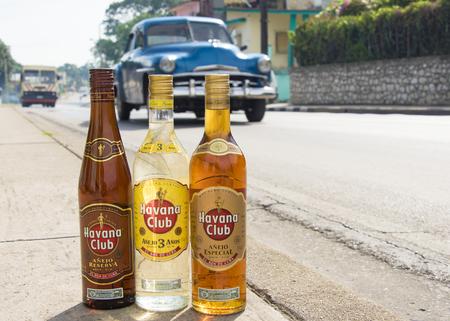 엘 론 드 쿠바 : 배경으로 이동하는 차량을 포장 도로에 하바나 클럽 럼의 병. 1934 년에 창립 된 하바나 클럽 브랜드는 세계에서 가장 잘 팔리는 럼 브랜 에디토리얼