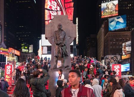 sacerdote: Escenas de Nueva York Francis P. Duffy estatua en Times Square, Nueva York durante la noche Francis Patrick Duffy (02 de mayo 1871 27 de junio 1932) fue un soldado americano canadiense, católico sacerdote y militar chaplain.Duffy desempeñó como capellán de el 69T