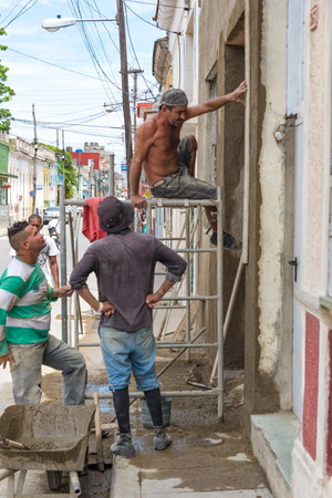 reconstruct: Cuba news: reconstruction of houses using private contractors. In front of more flexible laws, the Cuban people rebuilds and reconstruct whenever possible. Many then go into business using the vintage houses.