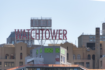 witnesses: Watchtower building New York city: Large digital watch and watchtower sign atop the world headquarters of Jehovah�s Witnesses near Brooklyn bridge, New York.
